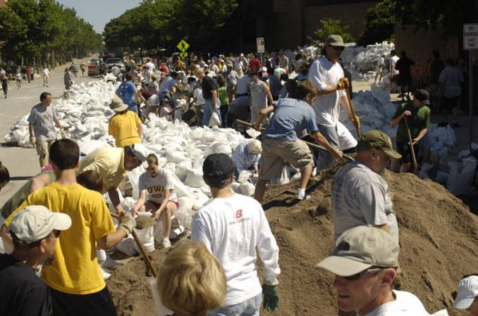 Volunteers help with sandbagging, University of Iowa, June 2008 | Iowa City Flood